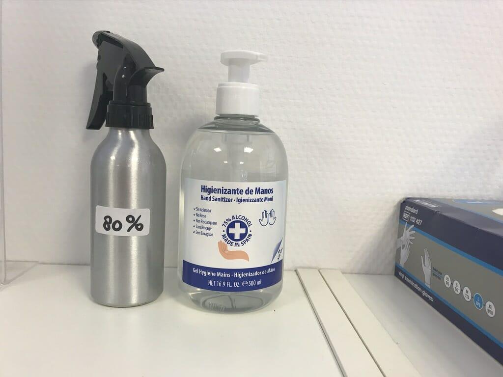 Optimale hygiene. Overal staan pompjes met desinfecterende handgel en alcohol in de Pilates Studio Van Sonsbeek om vrij te gebruiken.