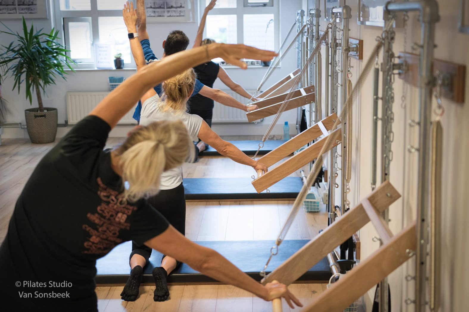 Groepsles wall Tower. Werken met de Push Through Bar bij Pilates Studio Van Sonsbeek