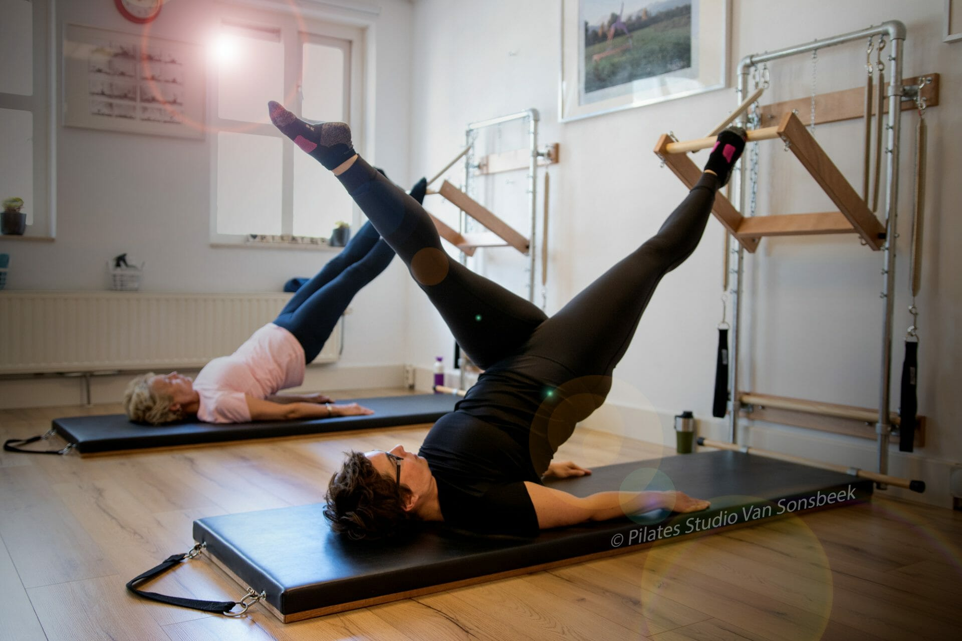 Shoulder Roll Down met de Push Through Bar bij Pilates Studio Van Sonsbeek