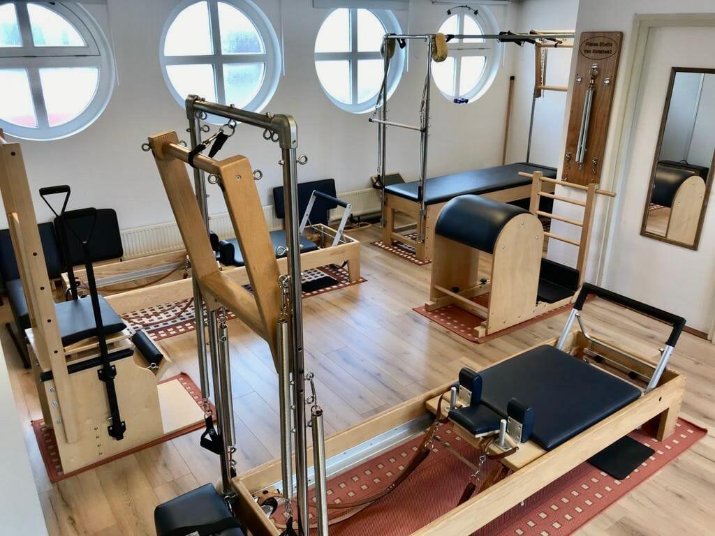 Deel van de apparatenruimte bij Pilates Studio Van Sonsbeek